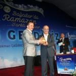 Bağcılar Belediye Başkanı Lokman Çağırıcı Bakan Bayraktar'a teşekkür ederek  bir plaket verdi.