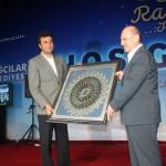 AK Parti Bağcılar İlçe Başkanı  İsmet Öztürk Bakan Bayraktar'a tablo hediye etti.
